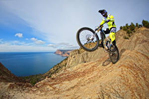 Bilder Mann Fahrrad Felsen Uniform Sport