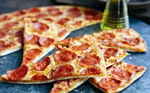 Bilder Pizza Wurst Nahaufnahme Stücke das Essen