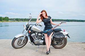 Bakgrundsbilder på skrivbordet Rödhårig tjej Klänning Ben Gitarr Unga_kvinnor Motorcyklar