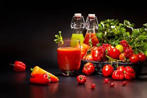 Bilder Tomate Paprika Saft Meertrübeli Schwarzer Hintergrund Trinkglas Flaschen Lebensmittel