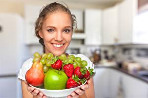 Fotos Obst Erdbeeren Birnen Äpfel Trauben Gesicht Lächeln junge Frauen