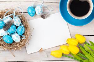 Desktop hintergrundbilder Feiertage Ostern Tulpen Kaffee Bretter Ei Vorlage Grußkarte Tasse Nest Blumen