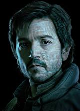 Bakgrundsbilder på skrivbordet En man Rogue One: A Star Wars Story Ansikte Svart bakgrund Skäggig Cassian Andor (Diego Luna)
