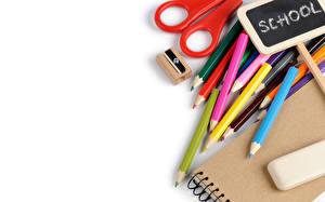 Fotos Schreibwaren Bleistifte Notizblock Weißer hintergrund