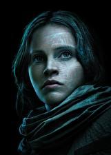 Bakgrundsbilder på skrivbordet Rogue One: A Star Wars Story Felicity Jones Ansikte Svart bakgrund Ser Jyn Erso Unga_kvinnor Kändisar