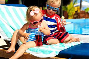 Fotos Saft 2 Junge Kleine Mädchen Brille Trinkglas Sonnenliege Kinder
