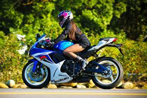 Bakgrundsbilder på skrivbordet Suzuki Hjälm GSX-R Motorcyklar Unga_kvinnor