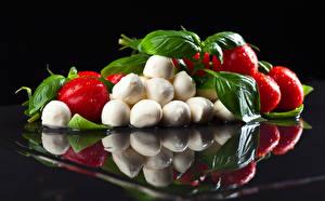 Fotos Tomaten Käse Schwarzer Hintergrund Spiegelung Spiegelbild Tropfen Lebensmittel