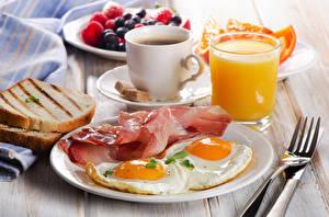 Bilder Brot Saft Kaffee Schinken Schinkenspeck Frühstück Spiegelei Teller Gabel Trinkglas Tasse