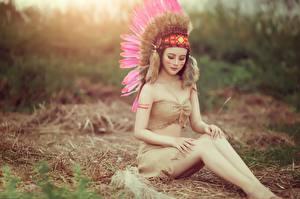 Hintergrundbilder Federn Indianer Bein Schön Sitzend Mädchens