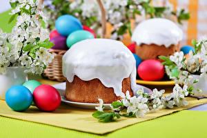 Фото Праздники Пасха Выпечка Кулич Сахарная глазурь Яйцами Еда