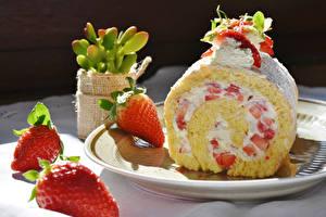 Bilder Süßigkeiten Roulade Erdbeeren Lebensmittel