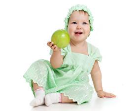 Hintergrundbilder Äpfel Weißer hintergrund Kleine Mädchen Lächeln Kleid Sitzend kind