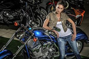 Bakgrundsbilder på skrivbordet Brunhårig tjej Händer Jeans Blick Unga_kvinnor Motorcyklar