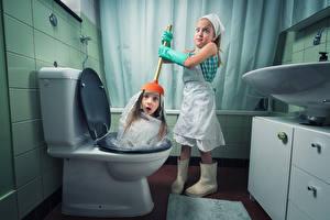 Desktop wallpapers Creative Bathroom Little girls 2 Staring Surprise emotion Restroom Funny Children Humor