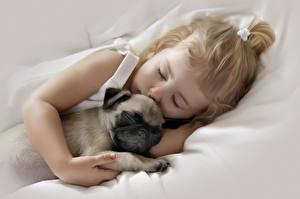 Bilder Hunde Mops (Hunderasse) Zwei Schlaf Kleine Mädchen Süß Kinder