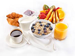 Bilder Saft Müsli Kaffee Obst Croissant Milch Weißer hintergrund Frühstück Trinkglas Tasse