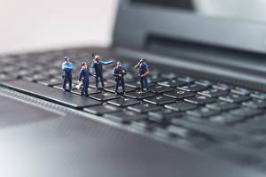 Fotos Tastatur Spielzeuge Makrofotografie Großansicht Notebook Polizei