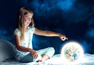 Hintergrundbilder Kleine Mädchen Nacht Sitzt Erde Lächeln Braunhaarige kind
