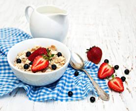 Bilder Müsli Erdbeeren Heidelbeeren Bretter Frühstück Löffel Kanne