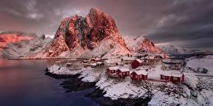 Hintergrundbilder Norwegen Gebäude Gebirge Küste Abend Felsen Schnee Reine Nordland