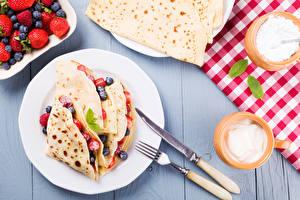 Fotos Eierkuchen Messer Beere Teller Gabel Frühstück Lebensmittel