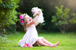 Hintergrundbilder Kaninchen Kleine Mädchen Lächeln Sitzend Glücklich kind