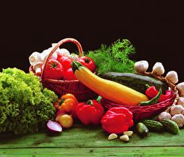 Fotos Gemüse Paprika Tomate Gurke Knoblauch Dill Schwarzer Hintergrund Weidenkorb das Essen