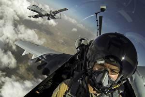 Hintergrundbilder Flugzeuge A-10 Thunderbolt II Erdkampfflugzeug Cockpit Helm Luftfahrt