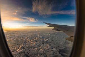 Hintergrundbilder Flugzeuge Wolke Flug Bullauge Fenster Tragfläche Luftfahrt