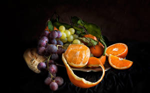Photo Fruit Grapes Orange fruit Black background Food