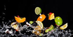 Bilder Obst Wasser Spritzer Schwarzer Hintergrund Lebensmittel