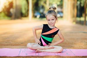 Hintergrundbilder Gymnastik Kleine Mädchen Körperliche Aktivität Sitzt Hand kind