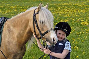 Hintergrundbilder Pferde Kleine Mädchen Lächeln Helm Kinder Tiere