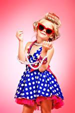 Bilder Schmuck Perlen Kleine Mädchen Farbigen hintergrund Model Blond Kleine Mädchen Brille Kleid Hand Glamour Kinder