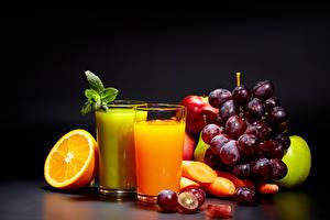 Fotos Fruchtsaft Apfelsine Weintraube Obst Trinkglas Schwarzer Hintergrund Lebensmittel