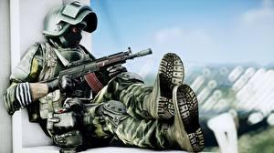 Fotos Battlefield 4 Soldaten Sturmgewehr Militär Schutzhelm Masken Sitzend Russische Spiele Heer 3D-Grafik