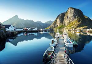 Bilder Lofoten Norwegen Haus Seebrücke Gebirge Boot Motorboot Bucht Reine Städte