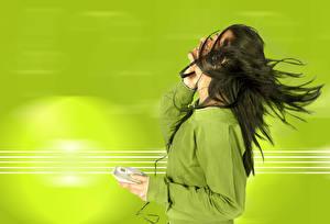 Fotos Farbigen hintergrund Brünette Haar Kopfhörer junge Frauen