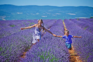 Bilder Felder Lavendel 2 Junge Kleine Mädchen Freude Kinder