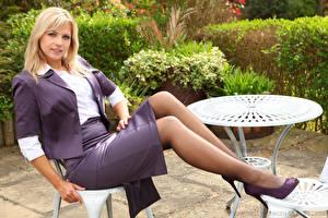 Bilder Jenni Gregg Sitzend Blondine Bein Rock Starren Mädchens
