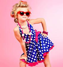 Hintergrundbilder Schmuck Halsketten Farbigen hintergrund Kleine Mädchen Model Glamour Brille Kleid kind