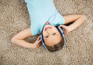 Bilder Kleine Mädchen Lächeln Kopfhörer Hand Blick Kinder