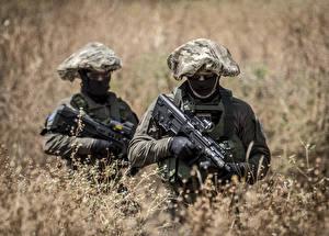 Bureaubladachtergronden Soldaten Aanvalsgeweer Twee 2 Gras Camouflage Militair