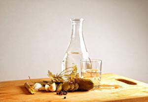 Hintergrundbilder Stillleben Wodka Gurke Dill Trinkglas Schneidebrett das Essen
