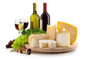 Bilder Stillleben Wein Weintraube Käse Weißer hintergrund Flasche Weinglas Schneidebrett