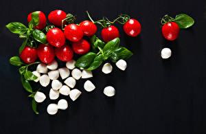 Bilder Tomaten Käse Schwarzer Hintergrund das Essen
