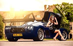 Fotos Blau Hinten Braune Haare Sitzend Brille Glamour 2015-17 Ultima Evolution Coupe Autos Mädchens