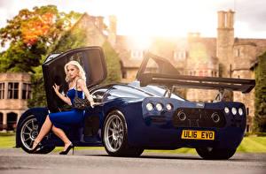 Bilder Blau Metallisch Blond Mädchen Sitzend Bein Kleid 2015-17 Ultima Evolution Coupe Mädchens