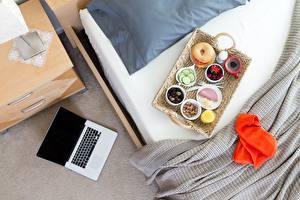 Bilder Bett Frühstück Notebook Lebensmittel